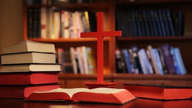 """Frage 5: Paulus schrieb in 2. Timotheus 3,16: """"Denn alle Schrift, von Gott eingegeben."""" Dies zeigt, dass alles in der Bibel das Wort Gottes ist. Aber einige Menschen behaupten tatsächlich, dass nicht alles in der Bibel das Wort Gottes ist. Bedeutet das nicht, die Bibel zu leugnen und die Menschen zu täuschen?"""